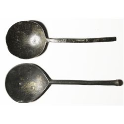 Pair of English pewter soup spoons, no visible markings, 1600s(?).