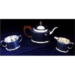 A THREE PIECE TEA SERVICE tea pot, milk jug, two handled sugar bowl, Birmingham 1930, 33oz (3) £150-