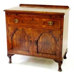 AN EDWARDIAN WALNUT VENEERED GENTLEMAN'S DRESSING CABINET the top with shallow raised back and cross