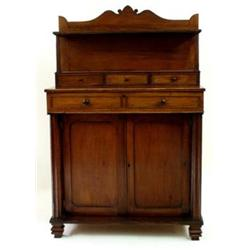 A SMALL 19TH CENTURY COMBED MAHOGANY CHIFFONIER the back with shaped top over a shelf on fluted supp