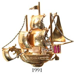 Retro (1950s) gold pin in the form of a galleon with rubies for sterncastle windows, 18K, pinkish go