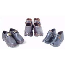 A PAIR OF 19TH CENTURY CHILD'S LEATHER CLOGS: with brass buckle (2) Est.50-75...