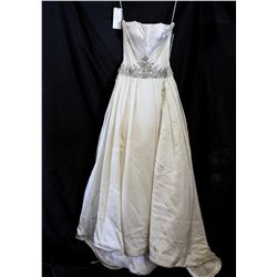 Lot [1] DRESS: [1] Strapless gown with accents, size 6