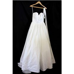 Lot [1] DRESS: [1] Ivory gown with belt, size 6