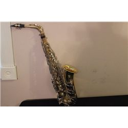YAMAHA SAXOPHONE IN EXCELLENT CONDITION WITH ORIGINAL