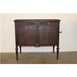NICE MAHOGANY VICTOR VICTROLA IN EXCELLENT PLAYING