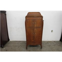 LOVELY QUARTER SAWN OAK DOUBLE FLOOR MODEL VICTROLA BY