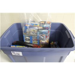RUBBERMAID CONTAINING ASSORTED HOT WHEELS COLLECTABLES INCLUDING STEERING WHEEL COVER, FRISBEE,