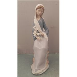 Lladro Girl With Lillies Seated # 4972 Flowers Figurine