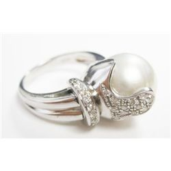18k White Gold Ring w/ Pearl & Round Brilliant Cut Diamonds - Approx. 13.0mm x 12.9mm. Approx. 0.21