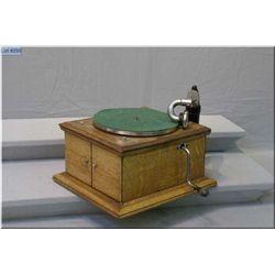 A quarter cut oak Victor table top 78 rpm gramophone model VV-1V