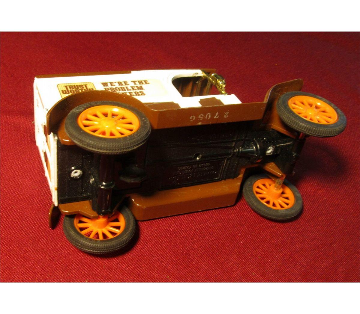 1370  Replica Ford 1817 Model T Van  Ertl Co , Dyersville, Iowa made in  China