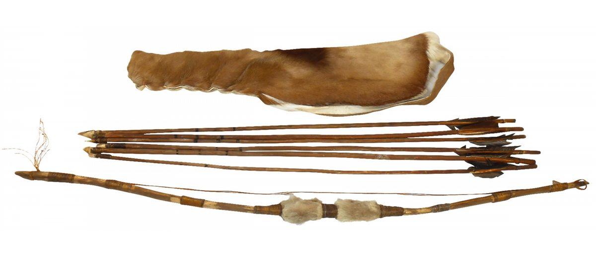 Native American weapon, bow, arrows & quiver (8), handmade bow w/animal  skin handgrip, soft deerskin