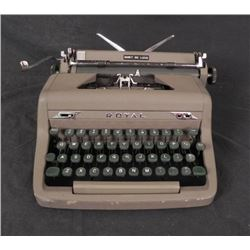 Royal Quiet De Luxe Typewriter w/ Magic Margin