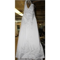 WHITE W/ PEARL ACCENT WEDDING DRESS SIZE: 20