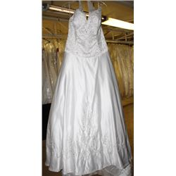 WHITE WEDDING DRESS W/ ACCENT SIZE: 20