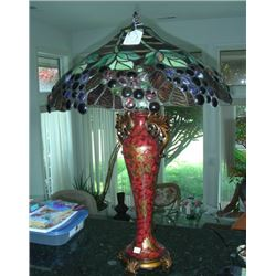 HAND PAINTED COMPOSITION AND LEADED GLASS TABLE LAMP