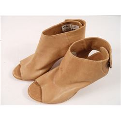 Falling Skies Lourdes' (Seychelle Gabriel) Shoes
