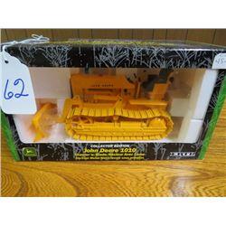 John Deere 1010 Industrial (Yellow) with hyd. dozer blade w/ metal tracks 1/16 scale