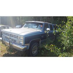 1986 CHEV SUBURBAN 4WD, FACTORY ALUMINUM WHEELS NO ENGINE BUT DRIVETRAIN IS GOOD, DASH IS GOOD
