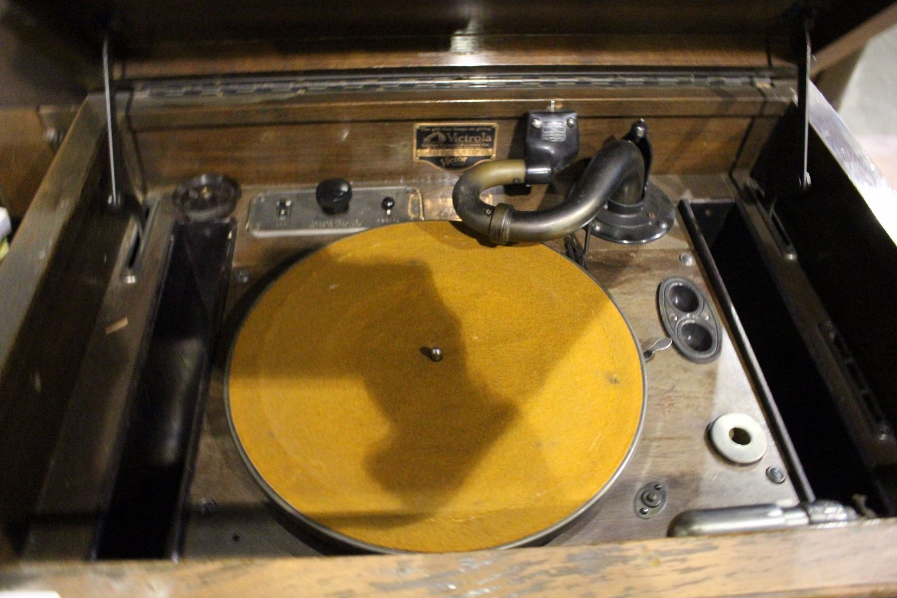 RCA VICTOR ELECTROLA RECORD PLAYER (ALSO SPEAKER FOR RADIO