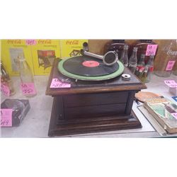 TABLE TOP CRANK PHONOGRAPH RECORD PLAYER (BROKEN ARM)