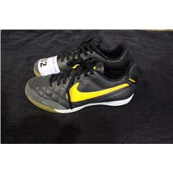 PAIR OF NIKE SHOES SIZE 6
