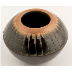 Duotone Feather Design Pot, Candelaria Suazo
