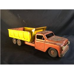 VINTAGE METAL TOY TRUCK, WITH HYDRAULIC LOADED MOVING BED, 20'' LONG