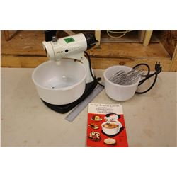 Sunbeam Mix Master w/2 Pyrex Bowls (Working)