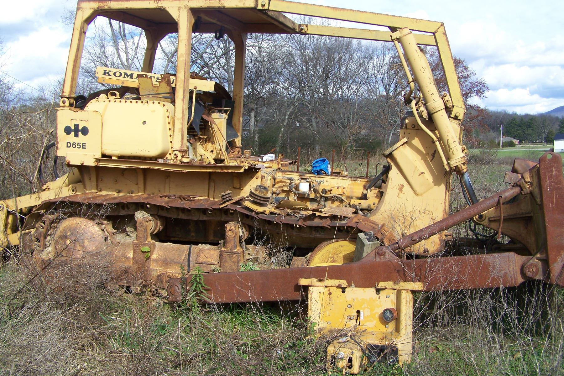 KOMATSU D65E DOZER, SALVAGE, MOTOR PARTS MISSING, HAS 4 SHANK
