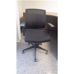 BLACK ADJUSTABLE OFFICE CHAIR W/LUMBAR SUPPORT