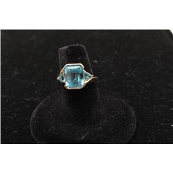 Blue topaz ring in 14k yellow gold with 2 side
