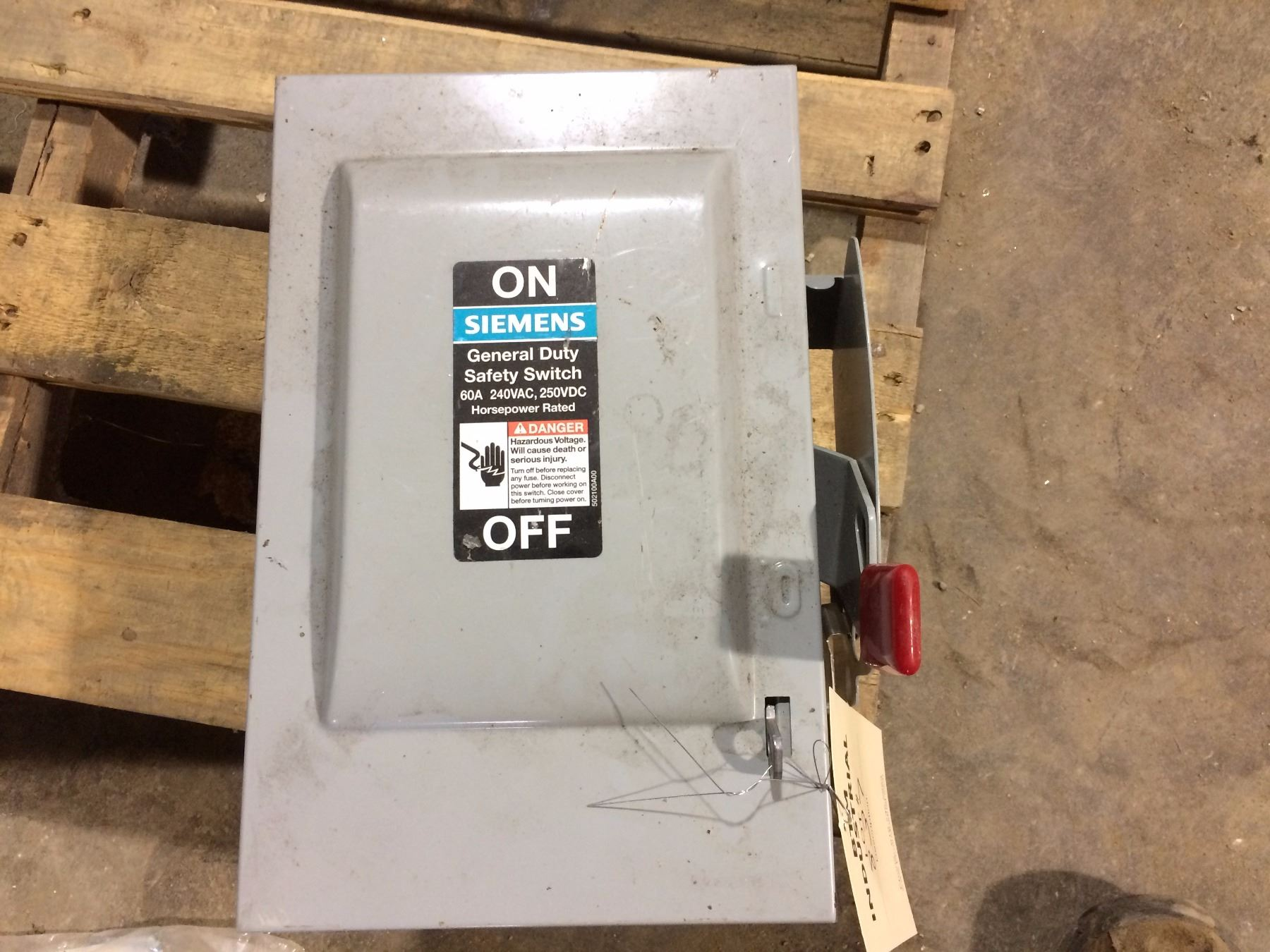 image 1 : siemens general duty safety switch 60 amp 240 vac 250 dc box