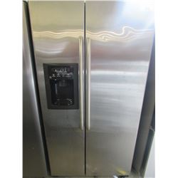 """G.E. STAINLESS STEEL FRIDGE WITH WATER & ICE DISPENSER MODEL GSS25XSRD-SS (36""""W X 33""""D X 70""""H)"""