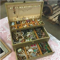 LOT275: Jewellery Box w/Contents !