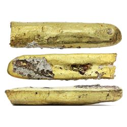 "Half-cut of a gold ""finger"" bar, 439 grams, with two markings of fineness XVII (17K) inside box, fro"