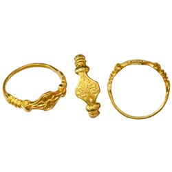 High-karat gold ring with flower design, Spanish colonial (1500s-1600s).