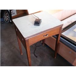 1950 SEWING MACHINE AND TABLE ZIG ZAG