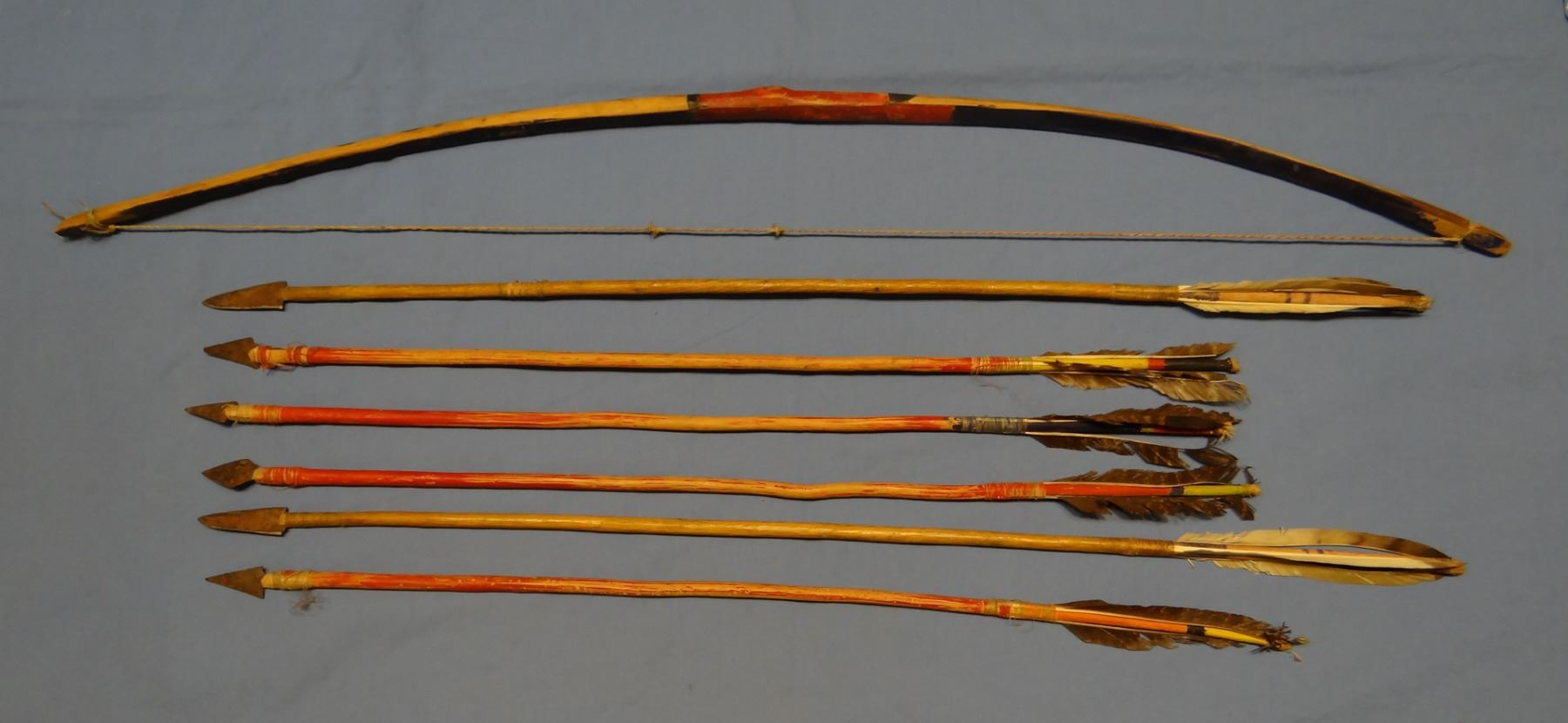 Plains Indian bow & arrows, vintage, 6 feathered arrows with
