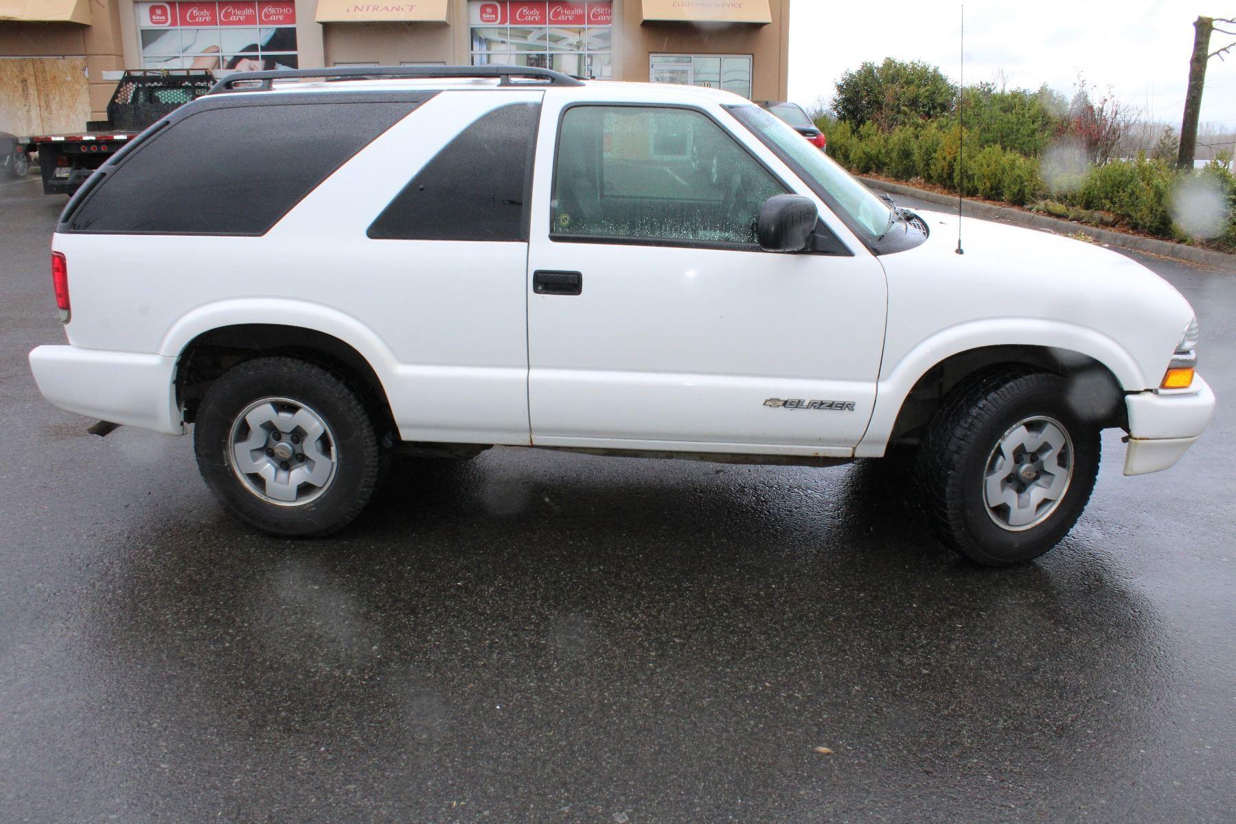 2005 white chevrolet blazer 2 door 4x4 224000kmwith keys registration and car proof 2005 white chevrolet blazer 2 door 4x4