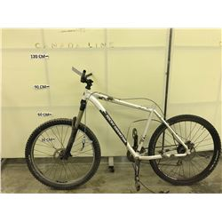 WHITE ROCKY MOUNTAIN SOUL 29 FRONT SUSPENSION MOUNTAIN BIKE, POOR CONDITION