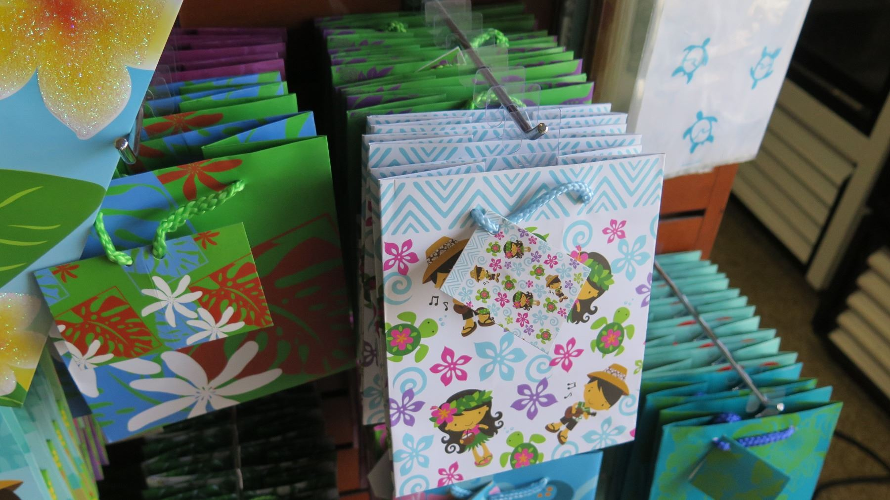 ... Image 5 : Large Lot of Small Hawaii Print Gift Bags ...