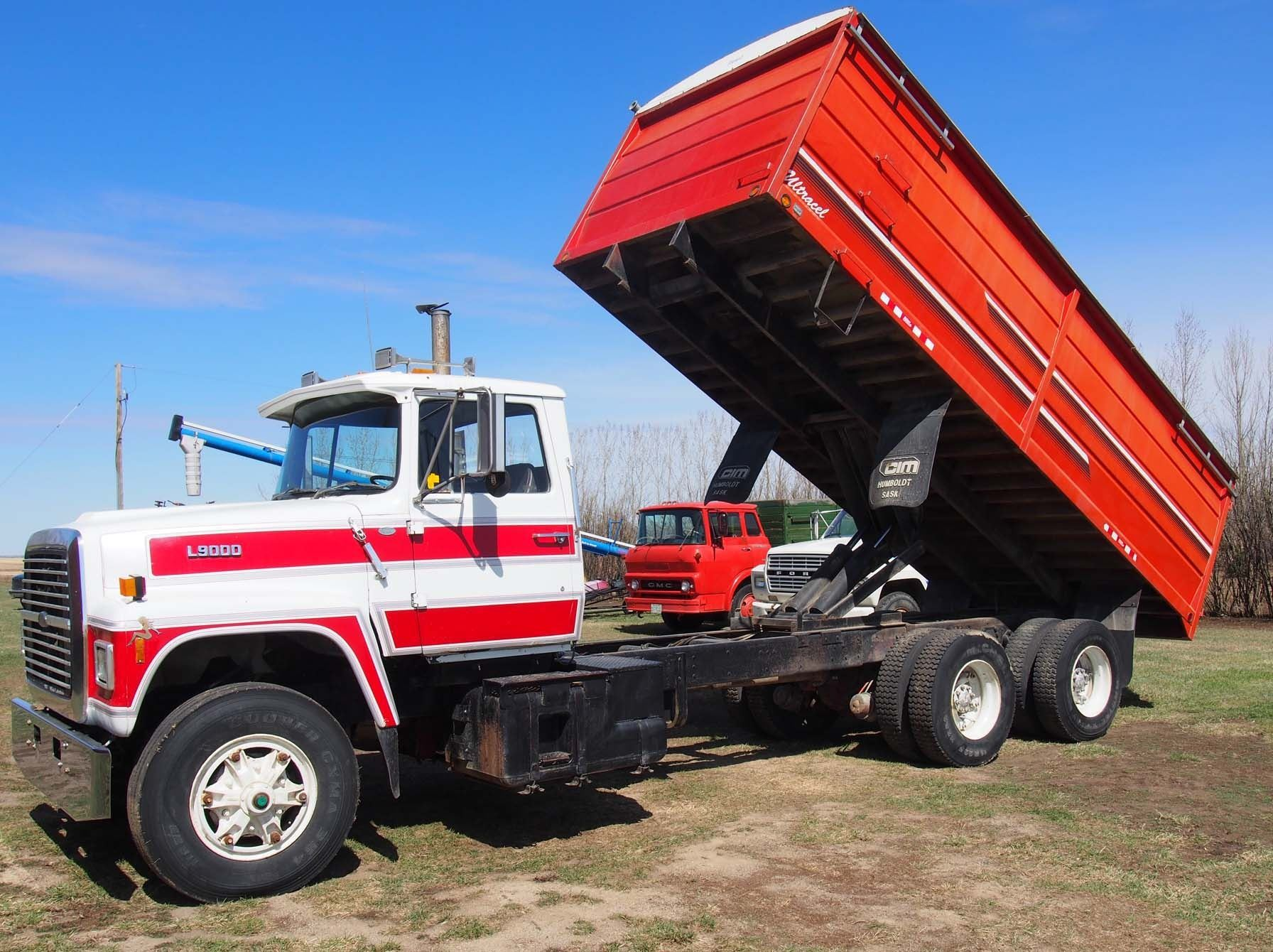 image 11 : 1988 ford l9000 tandem truck 855 cummings engine, 20' box  and