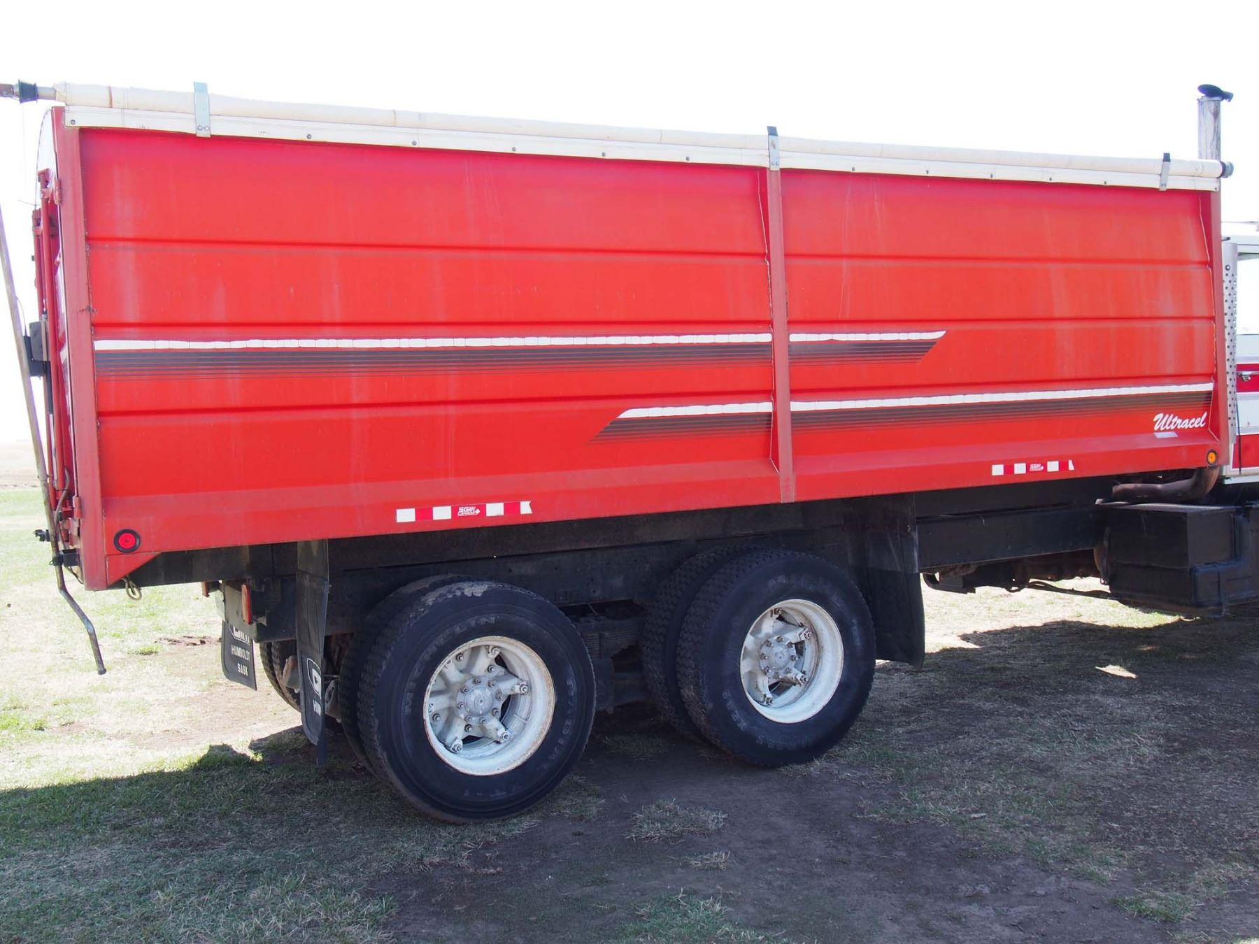 image 4 : 1988 ford l9000 tandem truck 855 cummings engine, 20' box and