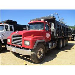 2001 MACK RD688S DUMP TRUCK, VIN/SN:1M2P267C71M058074 - TRI-AXLE, MACK DIESEL ENGINE, 8LL TRANS, 16'