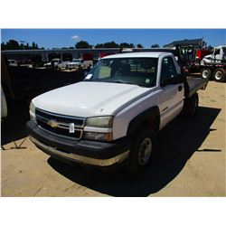 2007 CHEVROLET 2500HD FLATBED TRUCK, VIN/SN:1GBHC24U37E105863 - GAS ENGINE, A/T, 10' FLATBED BODY, O