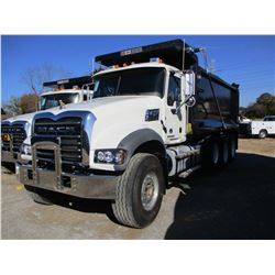 2018 MACK GU713 DUMP, VIN/SN:1M2AX07C0JM038236 - TRI-AXLE, 455HP MACK MP8 ENGINE, MACK T 310M 10 SPE