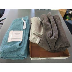 Bundle of New Towels / 30 x 56 - 27 x 52 - 26 x 48 & 1 smaller one