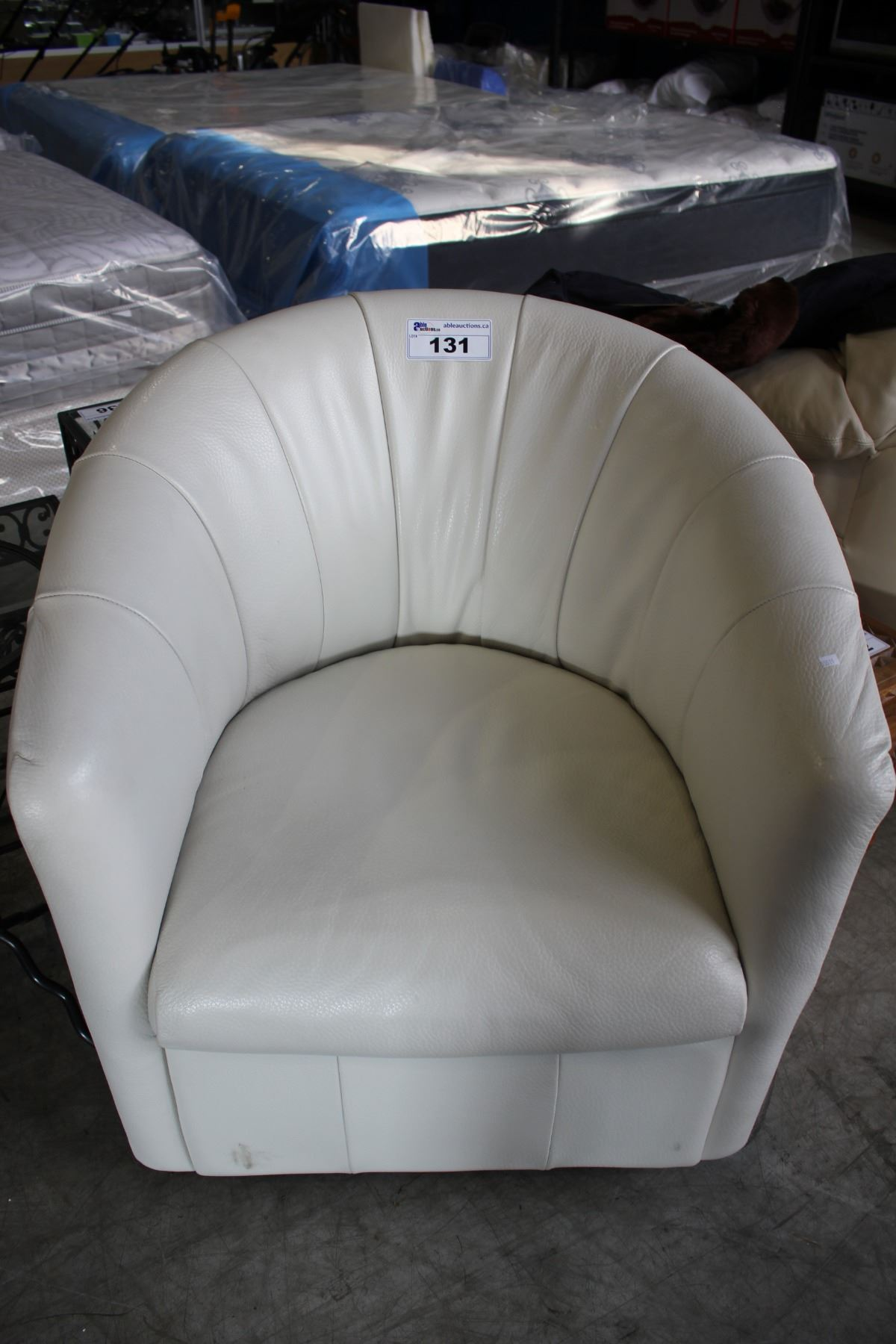 Magnificent White Leather Natuzzi Editions Swivel Tub Chair Squirreltailoven Fun Painted Chair Ideas Images Squirreltailovenorg